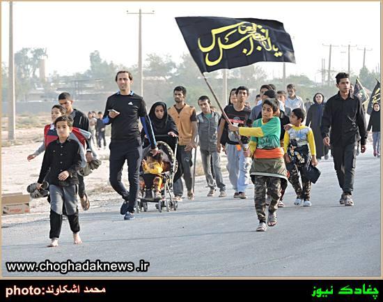 تصاویر پیاده روی مردم چغادک به سمت ضریح خیمه گاه امام حسین(ع)