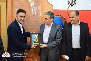 مدال طلای مسابقات جهانی و لباس رسمی کونگ فو به استاندار بوشهر اهداء شد+تصویر
