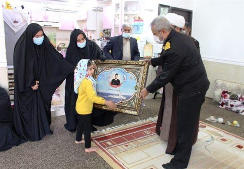 """فرمانده پایگاه دریایی بوشهر از خانواده شهدای """"ناو کنارک"""" تجلیل کرد"""
